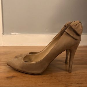 Neutral suede pumps with bow back